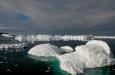 IJsbergen die voor de kust ronddobberen. Foto Pieter Bliek